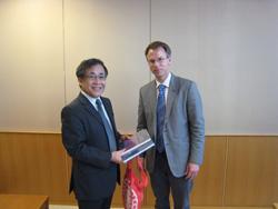 Vice-President Miyano (left), Professor Dr. Vogelsang (right)