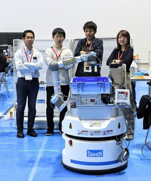 """Members of """"OCU-KDEL""""<br />From left: Professor Tomohito Takubo,<br />Hisashi Matsumoto (2nd year master's student, Department of Physical Electronics and Informatics,<br />Graduate School of Engineering)<br />Naoya Kobayashi (4th year student, Department of Physical Electronics and Informatics, Faculty of Engineering),<br />Erika Miyake (4th year student, Department of Physical Electronics and Informatics, Faculty of Engineering)<br />Pass on the technology to the new generations."""