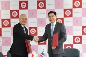 President Arakawa and President Bundhit Eua-arporn<br />clasped hands after signing the agreement