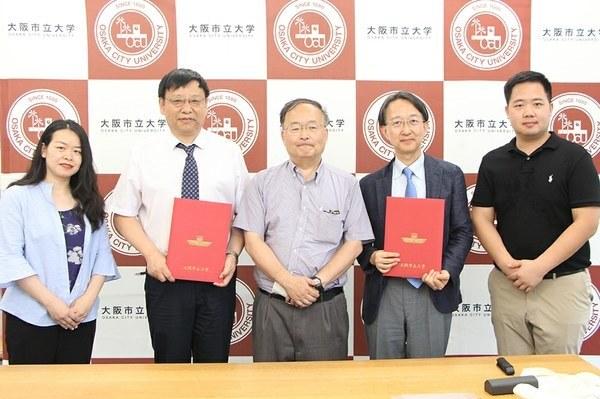 (From left): Dr. Zhang Xiaofeng, Center for Xixia Studies, Ningxia University<br />Professor Du Jianlu, Center for Xixia Studies, Ningxia University<br />Professor Shigeki Hirata, Graduate School of Literature and Human Sciences, OCU<br />Professor Naoki Kobayashi, Dean of Graduate School of Literature and Human Sciences, OCU<br />Dr. Xu Weiwei, Center for Xixia Studies, Ningxia University