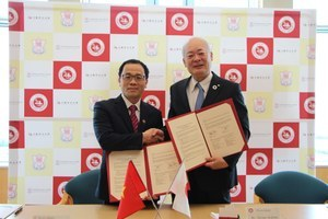 President Arakawa and President Ta Thanh Van<br /> shook hands after the MOU signing ceremony.
