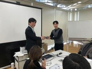 Urban Research Plaza Director Masaki Abe<br />receiving a gift