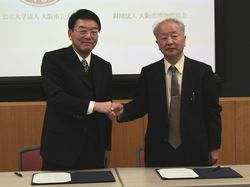 左から:大阪市立大学 西澤理事長、大阪市博物館協会 脇田会長