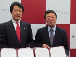 左から:三井住友銀行公務法人営業第二部桑原部長、大阪市立大学西澤理事長
