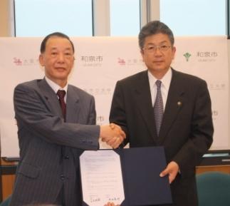 写真左から 金児学長、井坂和泉市長