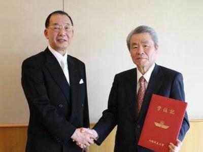 授与式後の坂根会長(右)と、金児曉嗣大阪市立大学長