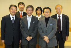 前列左から、西澤学長、大谷氏、朴教授 後列左から、人権問題委員会委員の新藤准教授、梅宮教授、若狭教授