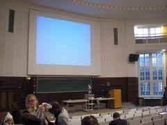 大講義室で授業の準備をする先生