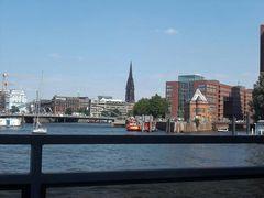 エルベ川をゆく遊覧船から市内を見る