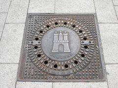 市章の入ったマンホール