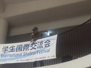 荒川学長による「Yesterday」伴奏は留学生の蒋従楠くん