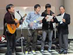 鈴木広隆国際センター所長補佐がギターを片手に登場