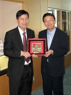 ティーン ベトナム社会主義国総領事(左)、西澤学長(右)