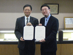 朱延祥研究開発本部長(左)、西澤学長(右)