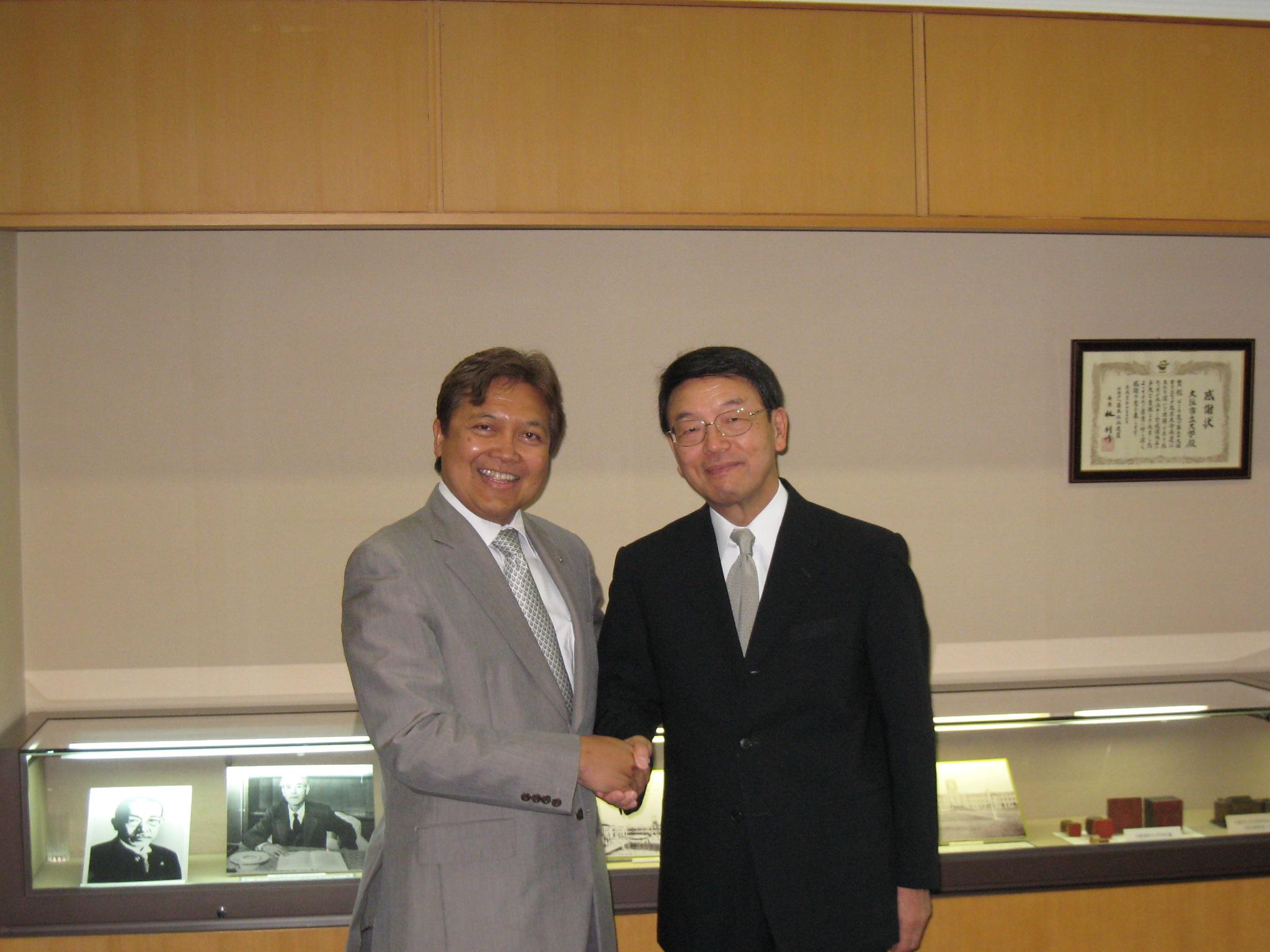 宮野副学長(左)、フォーゲルザング教授(右)