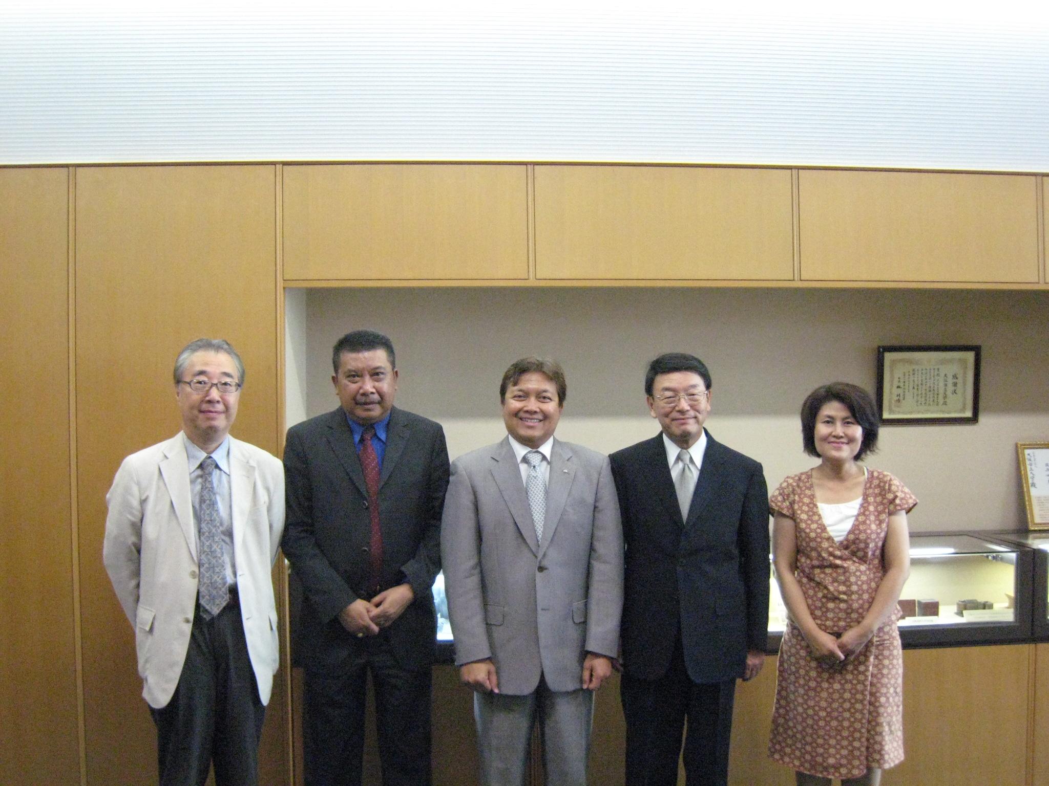 写真左より中川国際センター所長、バンバン・スギアント社会文化教育担当領事、イブヌ・ハディ総領事、西澤学長、スサ ナ・ラハルジョ経済部経済担当職員(通訳)