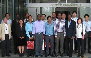 2013年度集団研修「太陽光発電技術(A)」のJICA研修員9名が西澤学長を表敬訪問04