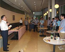 2013年度集団研修「太陽光発電技術(A)」のJICA研修員9名が西澤学長を表敬訪問01