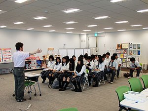 健康科学イノベーションセンターで開催されている「健康測定会」に高校生が体験