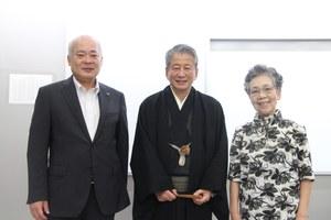 (左から)荒川哲男学長、桂春之輔師匠、森分志津江さん