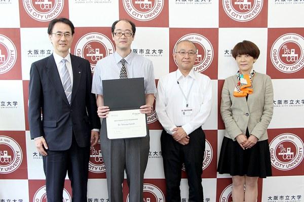 左より櫻木副学長、佐藤哲也教授、坪田研究科長、クラリベイト・アナリティクス渡辺様