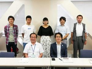 前列右より麻野区長、萩副区長  <br/>後列右より天野准教授、吉田准教授、  <br/>石田さん、坂本さん、岡さん