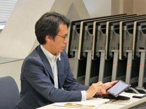 タブレットを操作する麻野 篤 東成区長