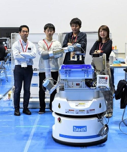 「OCU-KDEL」のメンバー   左から、田窪 朋仁教授、 松本 悠さん(工学研究科電子情報系専攻博士前期課程2年)  小林 直矢さん(工学部電気情報工学科4年)、 三宅 英里佳さん(同)  先輩から後輩へ技術を繋いでいく