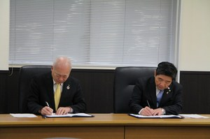 協定書に署名する本学 荒川学長と高石市 阪口市長 (左から)