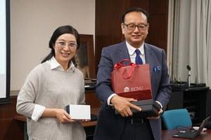 華東師範大学商学院 李晶副教授(左)と 岡田進一生活科学研究科長(右)