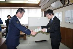 山崎署長(左)より感謝状を受け取る高浜さん