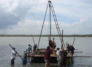 図2-1 カラガンラグーンに浮かべた<br/ >湖底堆積物採取用のプラットフォーム(筏)