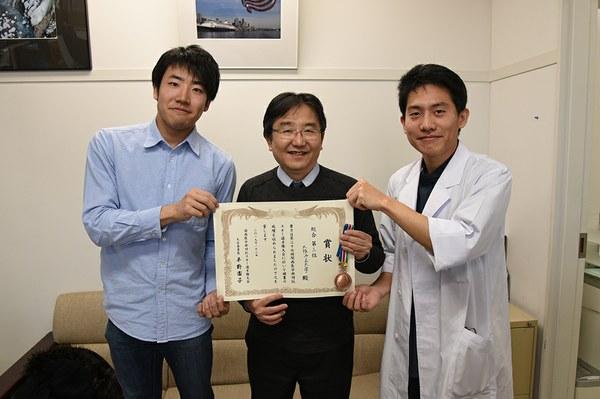 左:寺元さん、中央:三木教授、右:福田さん
