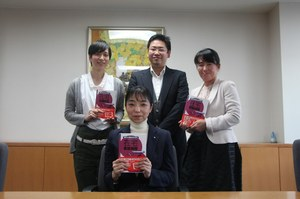 前方 河野 あゆみ教授(在宅看護学)   後列左より、吉行 紀子さん、池田 直隆特任講師、   田中 陽子特任講師