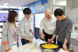 学長と留学生でだし巻き卵を作りました