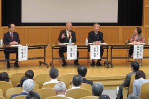 パネルディスカッションにのぞむ荒川哲男学長 (写真左から2番目)