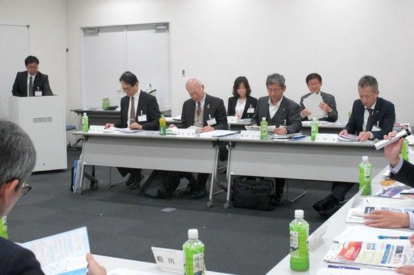 前列左より櫻木副学長、荒川学長、橋本副学長、今村大学管理部長