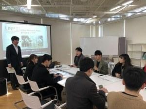 ソウル市立大学からの見学者一行と、参加学生の質問<br/>に答える阿部昌樹都市研究プラザ長