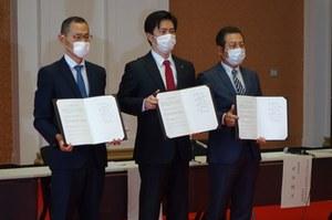 左から山中所長、吉村知事、河田研究科長