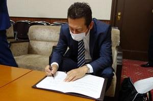 協定書に署名する河田研究科長
